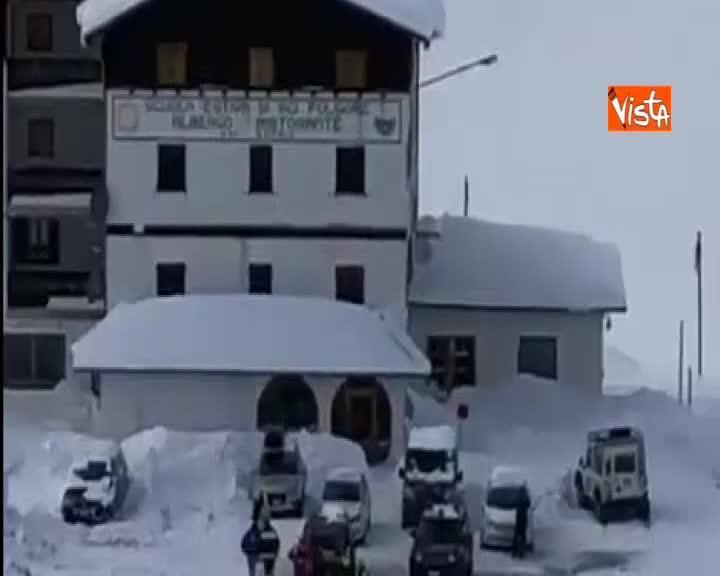Gli elicotteri arrivano al passo dello Stelvio per salvare gli ospiti bloccati