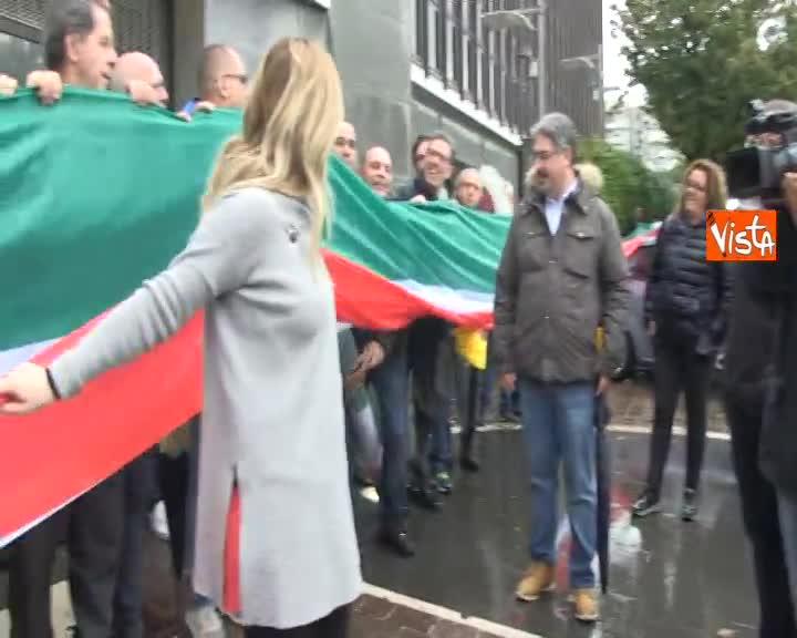 4 Novembre, Meloni con Tricolore davanti sede Autostrade per l'Italia