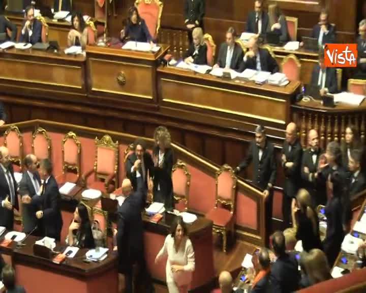 Dl Genova approvato al Senato, esplode la bagarre, Casellati sospende la seduta