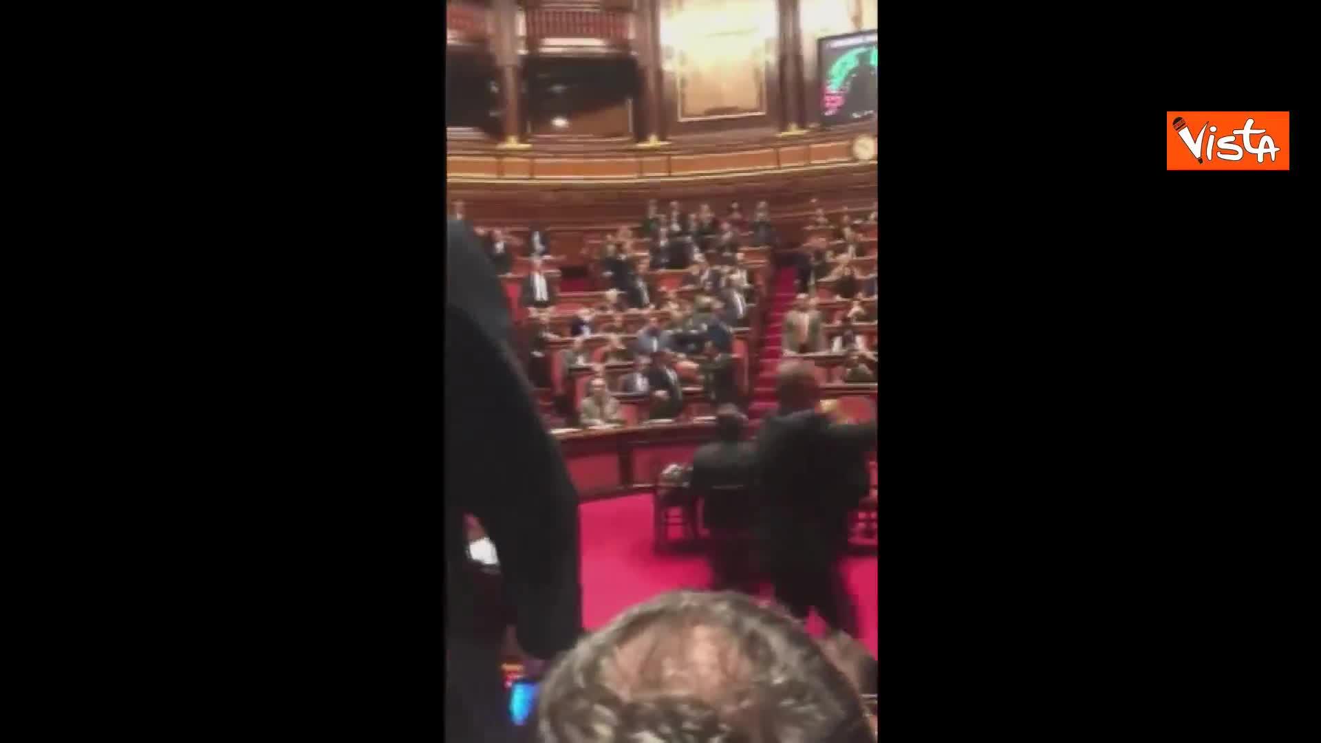 Toninelli esulta con pugno in aula Senato per approvazione dl Genova