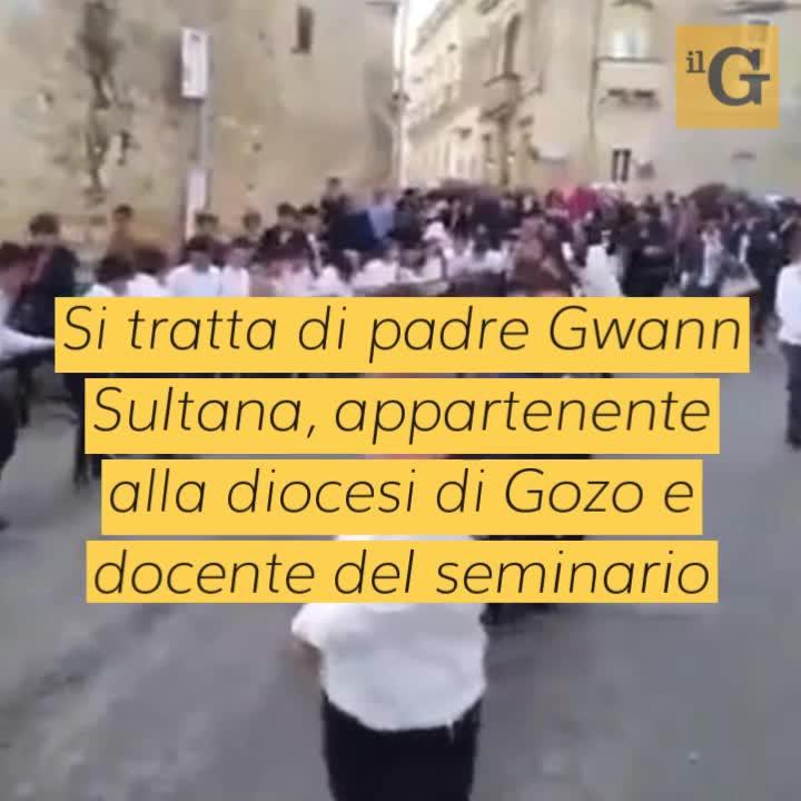 Malta, neo arcivescovo di Żebbuġ sfila su Porsche trainata da bambini