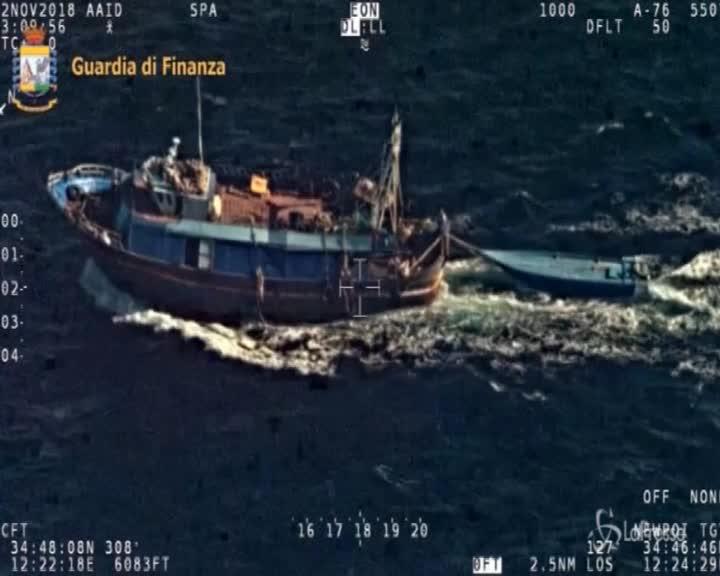 Agrigento, le immagini dall'alto della barca con i migranti