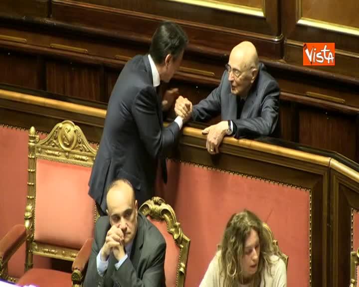 Napolitano in aula al Senato va a parlare con Conte