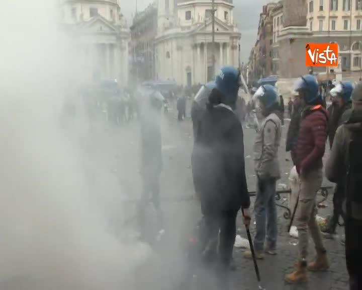 Lazio – Francoforte, fumogeni e immondizia gli ultras tedeschi a Piazza del Popolo