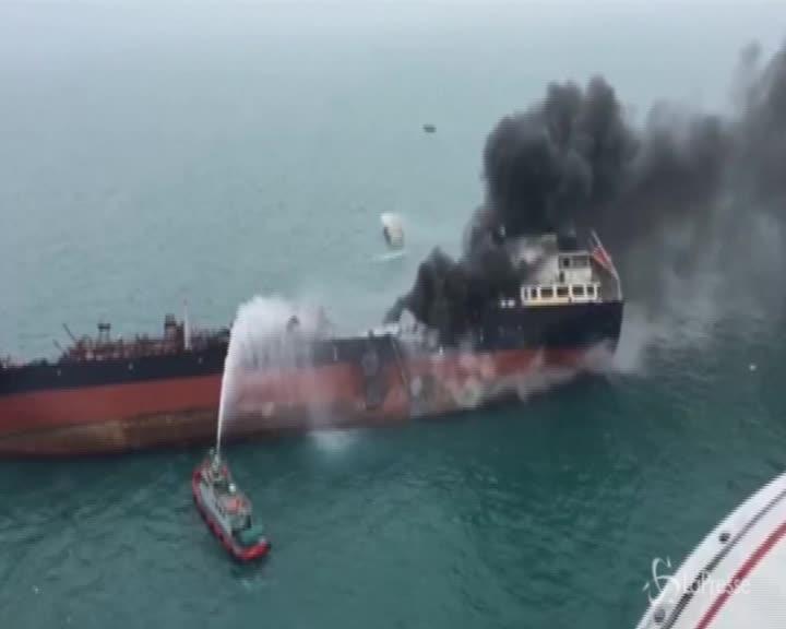 Hong Kong, fiamme su una petroliera: ci sono vittime