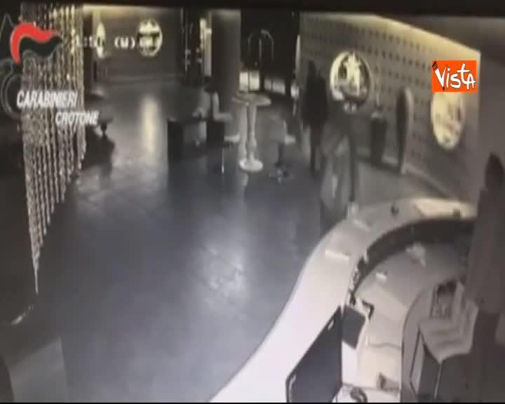 Barca di curdi naufraga in mare, il video degli scafisti che se ne vanno in hotel.