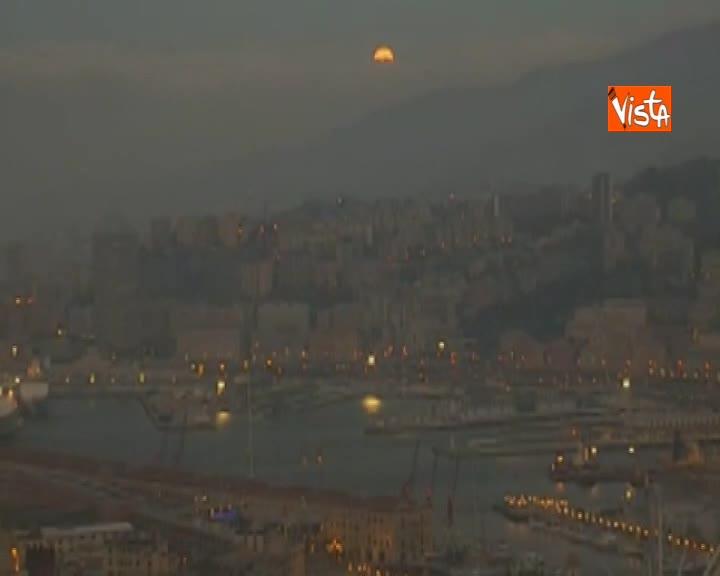 Eclissi di luna nel cielo di Genova, ecco le spettacolari immagini