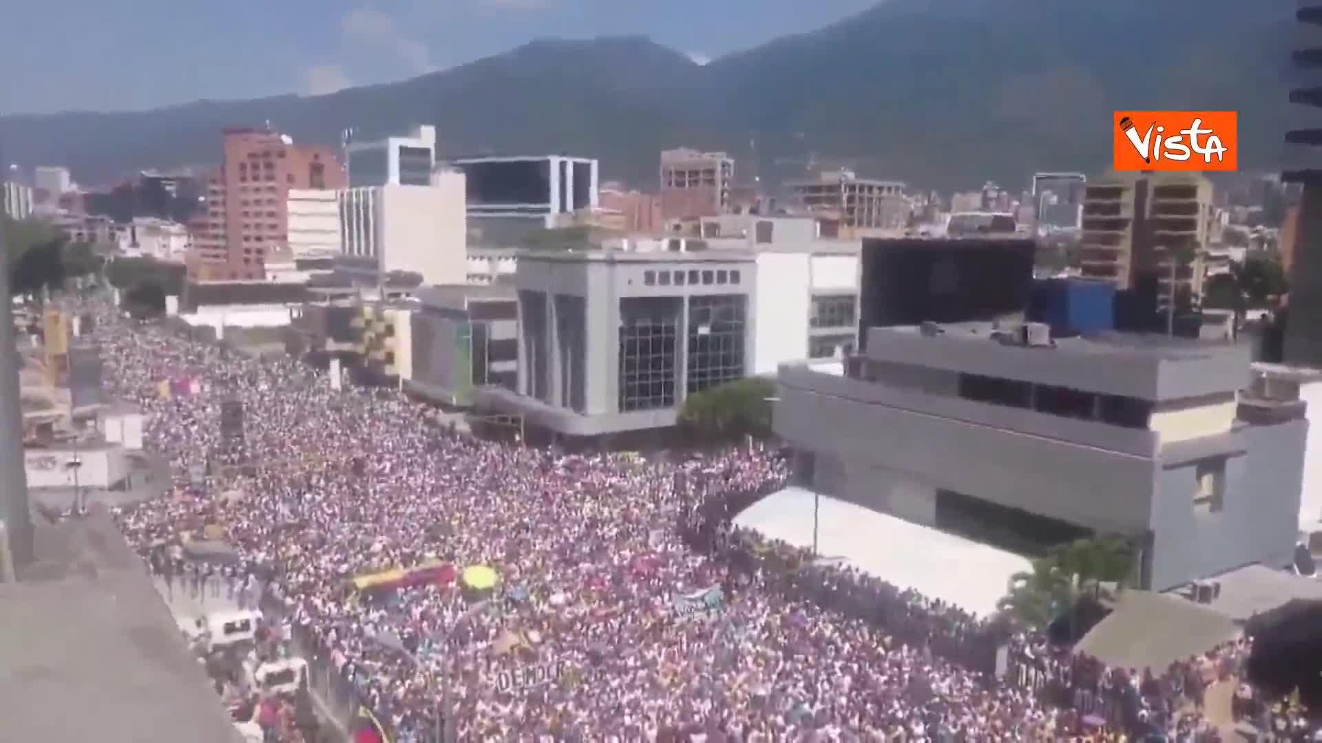 Venezuela, in migliaia in piazza contro Maduro. Le immagini
