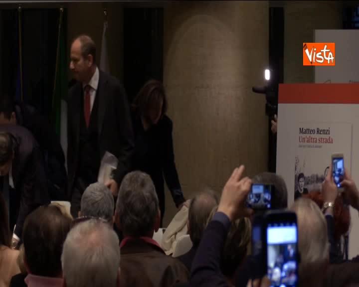 Ovazione per Renzi al suo ingresso al Tempio di Adriano per la presentazione del suo nuovo libro