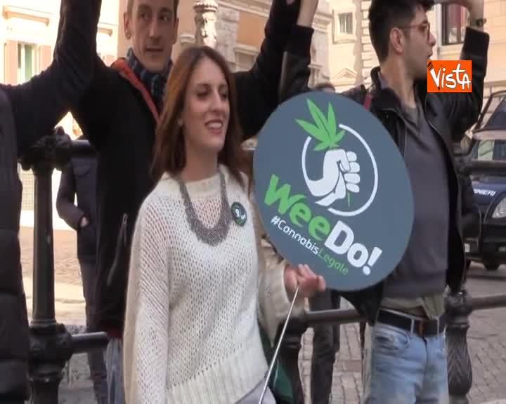 Un enorme spinello a Montecitorio, flash mob Radicali 'Riaccendiamo il dibattito' su legalizzazione