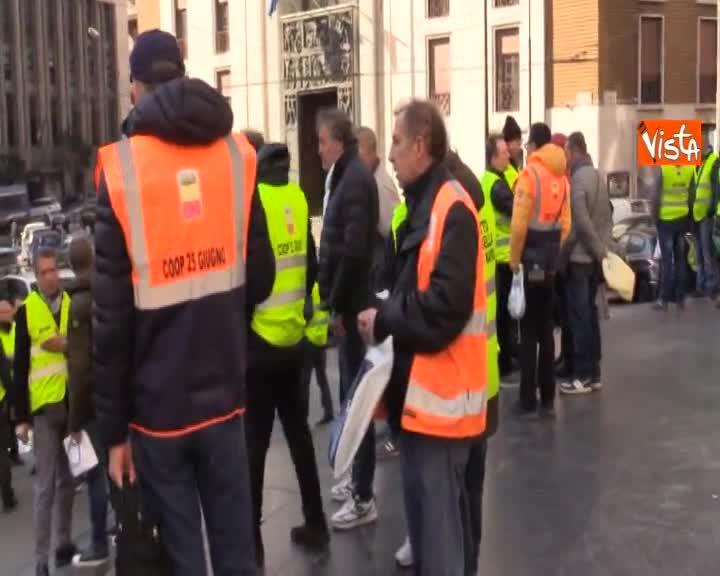 Gillet gialli napoletani senza stipendio da due mesi scioperano in piazza, lo speciale