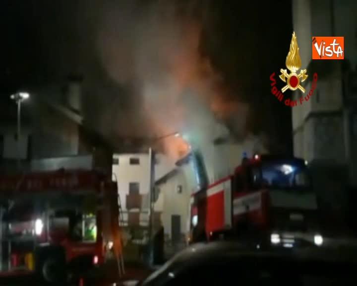 Tetto in fiamme a Valle di Cadore, stabile evacuato