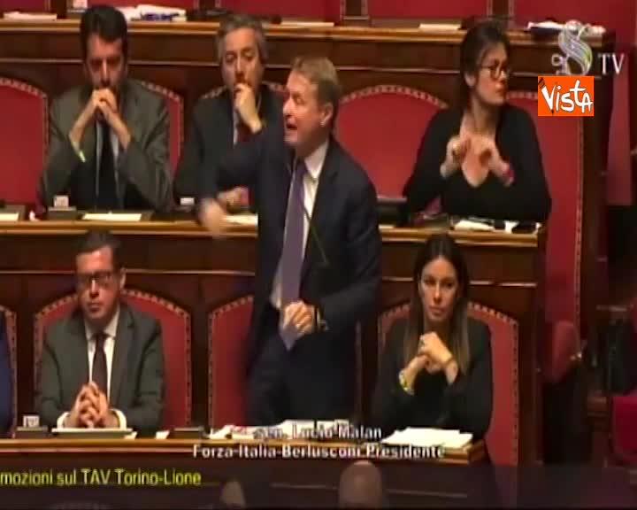 """Tav, bagarre al Senato, senatori FI alzano cartelli """"Non fermate l'Italia"""", Casellati sospende aula"""