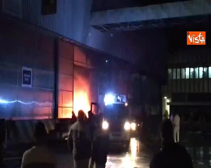 Violento incendio nell'impianto Fca di Pomigliano d'Arco, 600 operai salvi per un pelo