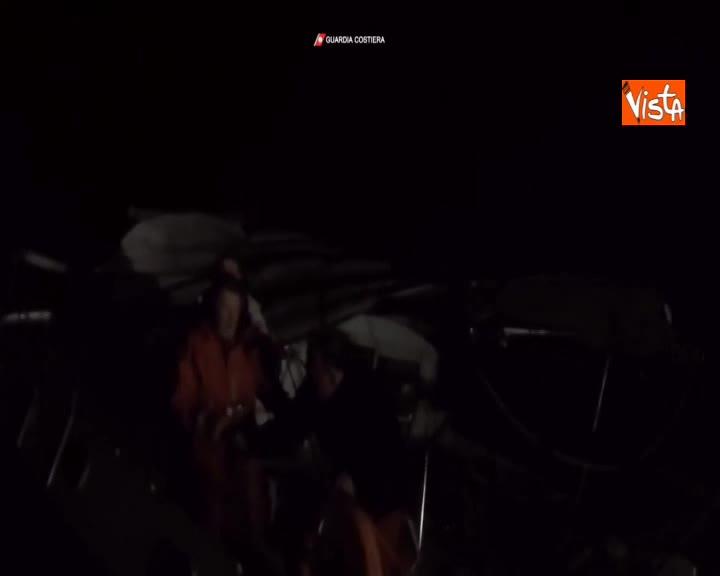 Catamarano francese alla deriva al largo di Pantelleria, le immagini del soccorso in mare