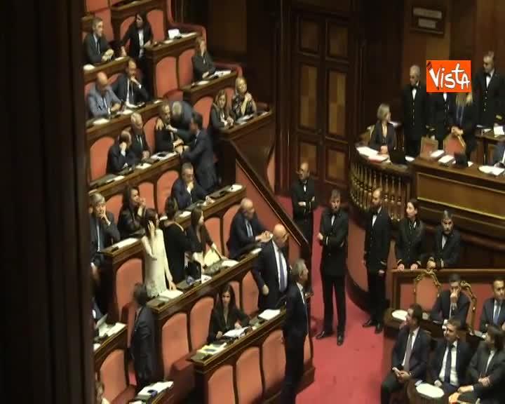 Gesto manette a M5s in Aula al Senato durante mozioni sfiducia Toninelli