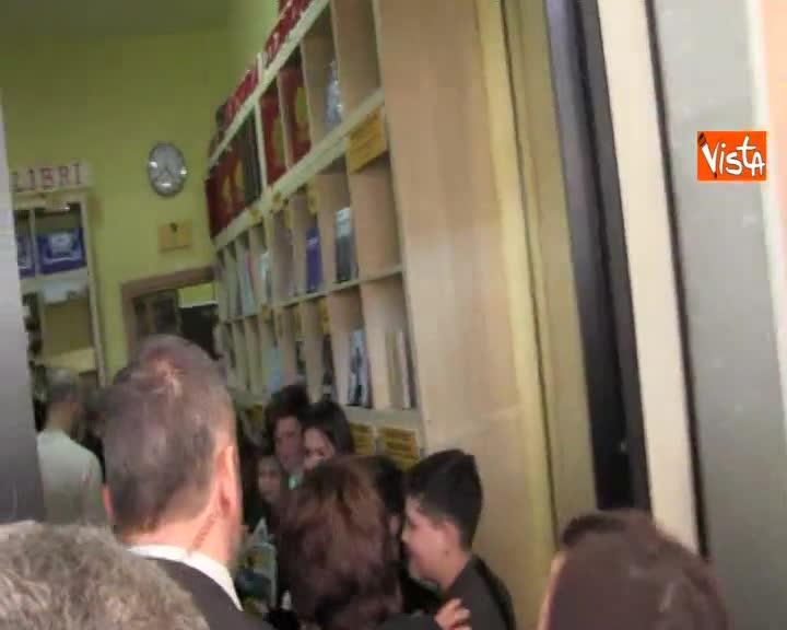 Casellati arriva alla Scugnizzeria di Melito, strette di mano ai ragazzi e visita ai laboratori