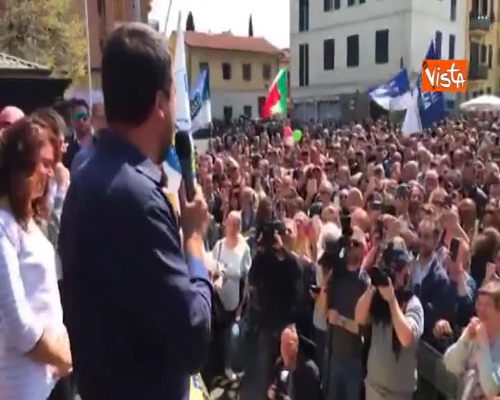 """Salvini ai ragazzi presenti al comizio: """"Salutatemi i prof di sinistra che tanto non mancano mai"""""""