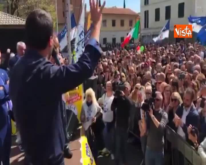 """Salvini: """"Alle bandiere della pace preferisco il tricolore"""""""