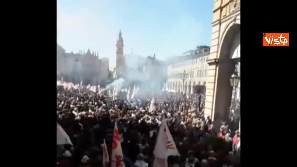 No Tav, fumogeni e decine di bandiere al corteo di Torino
