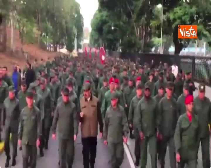 """Venezuela, Maduro sfila con i militari: """"In marcia per sconfiggere il tentativo di golpe"""""""