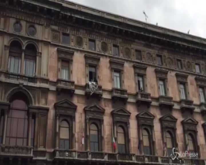 """Manifestazione Lega a Milano, in piazza lo striscione """"Restiamo Umani"""""""