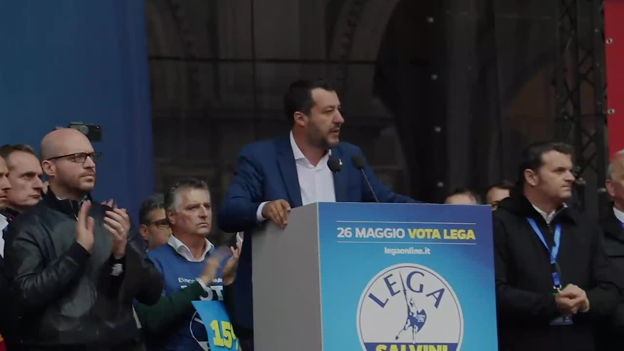 Al comizio sovranista tra la folla leghista che osanna Salvini