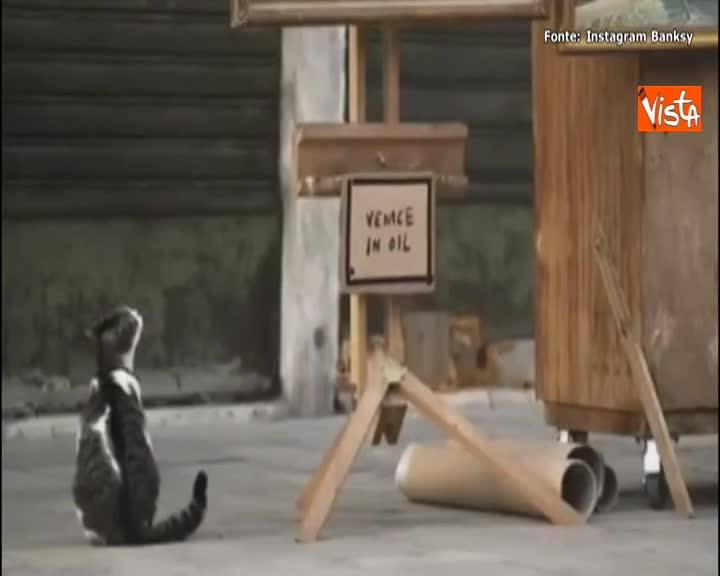 Banksy espone installazione a Venezia, la polizia locale lo invita ad andarsene
