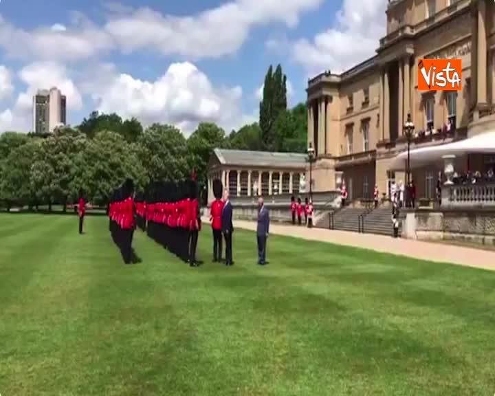 Trump in visita nel Regno Unito incontra le guardie reali assieme al principe Carlo