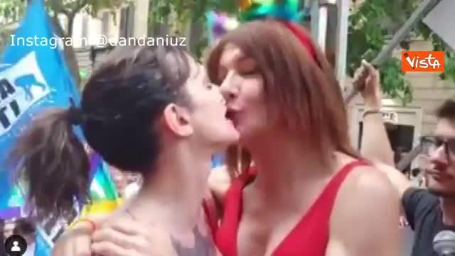 Il bacio fra Vladimir Luxuria e Asia Argento