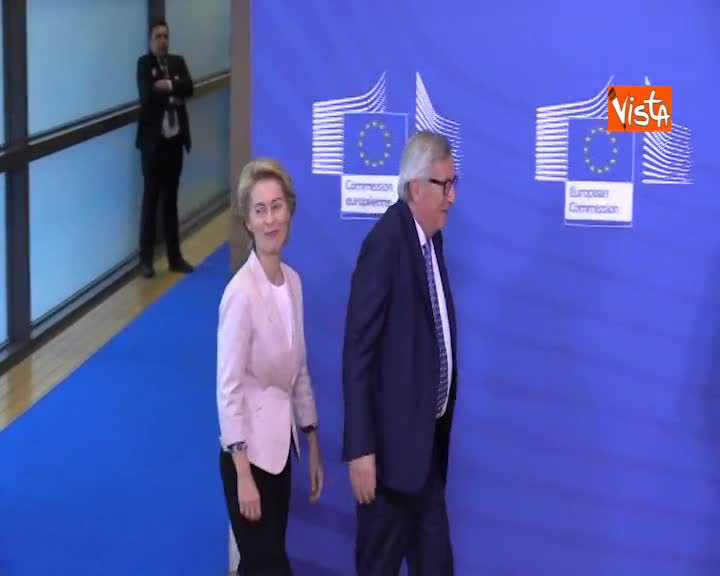 Juncker incontra Von der Leyen, l'abbraccio davanti ai fotografi