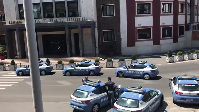 Carabiniere ucciso, polizia gli rende onore a sirene spiegate