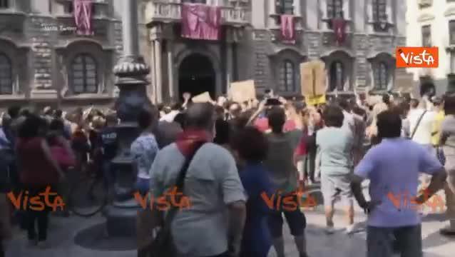 """""""Siamo tutti terroni"""" fischi contro Salvini a Catania"""