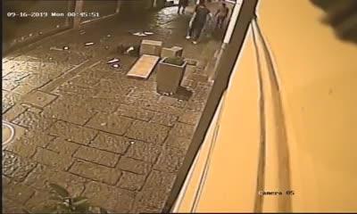 L'atto di teppismo in centro a Napoli ripreso dalle telecamere