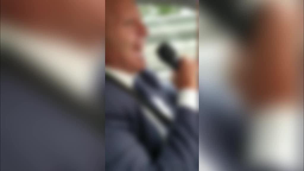 Choc a Napoli: becchino canta e ride mentre trasporta salma