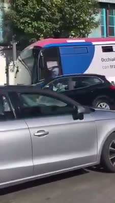 Le immagini della brutale aggressione all'autista del bus