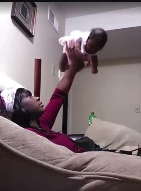 Tennesse, mamma si filma mentre compie abusi sulla figlia di un mese