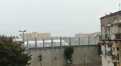 Le immagini degli aerei nella piazzola di sosta di Capodichino