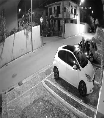 Il video del furto di pneumatici tra Napoli e Caserta