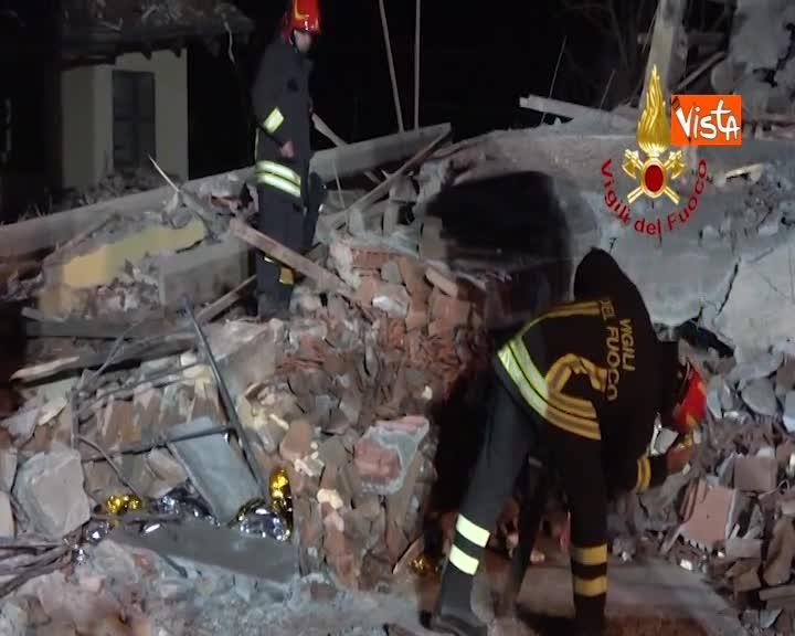 Esplosione di una palazzina ad Alessandria, muoiono 3 vigili del fuoco