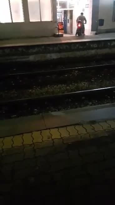 Napoli, sfreccia in scooter su banchina della Cumana