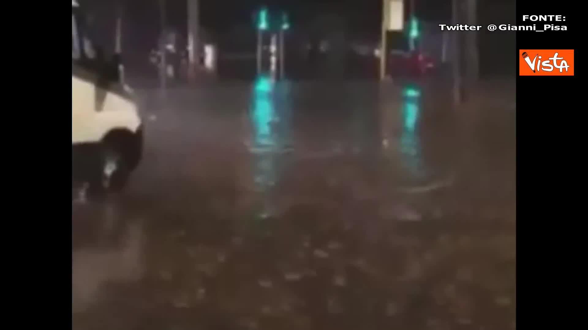 Nubifragio a Roma, le auto 'navigano' per le strade