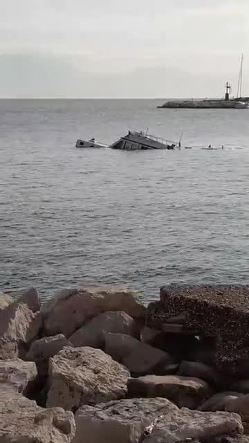 Il video del natante che affonda nel porto di Mergellina