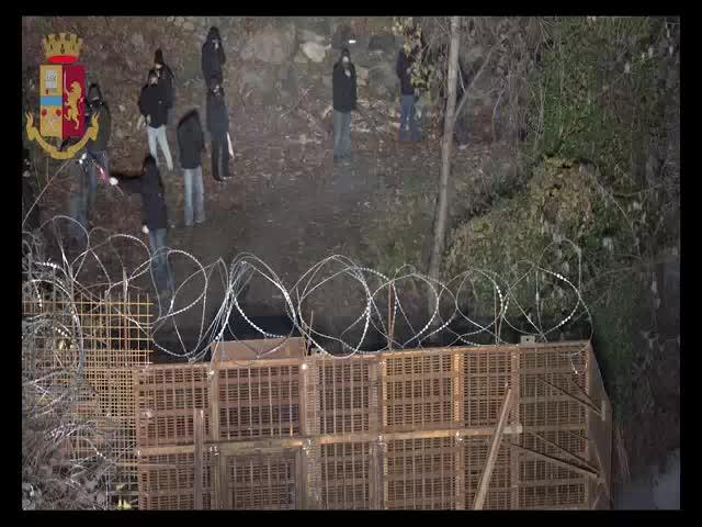 Razzi, bombe carte e pietre: attacco No Tav agli agenti