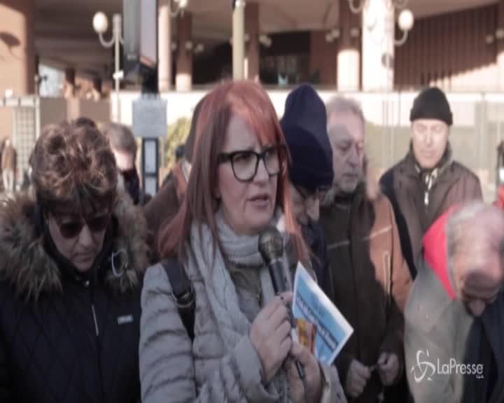 Torino, un rosario per Salvini davanti al Tribunale