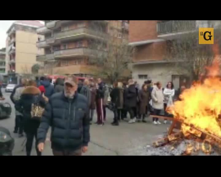 """Casal Bruciato, rivolta nelle case popolari: """"Non funzionano i riscaldamenti"""""""