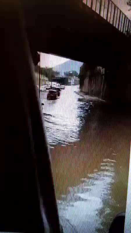 Le immagini delle auto sommerse dalla pioggia
