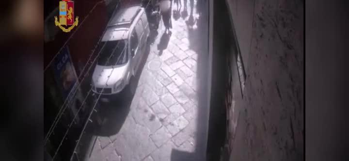 Le immagini dello scippo ai Quartieri Spagnoli