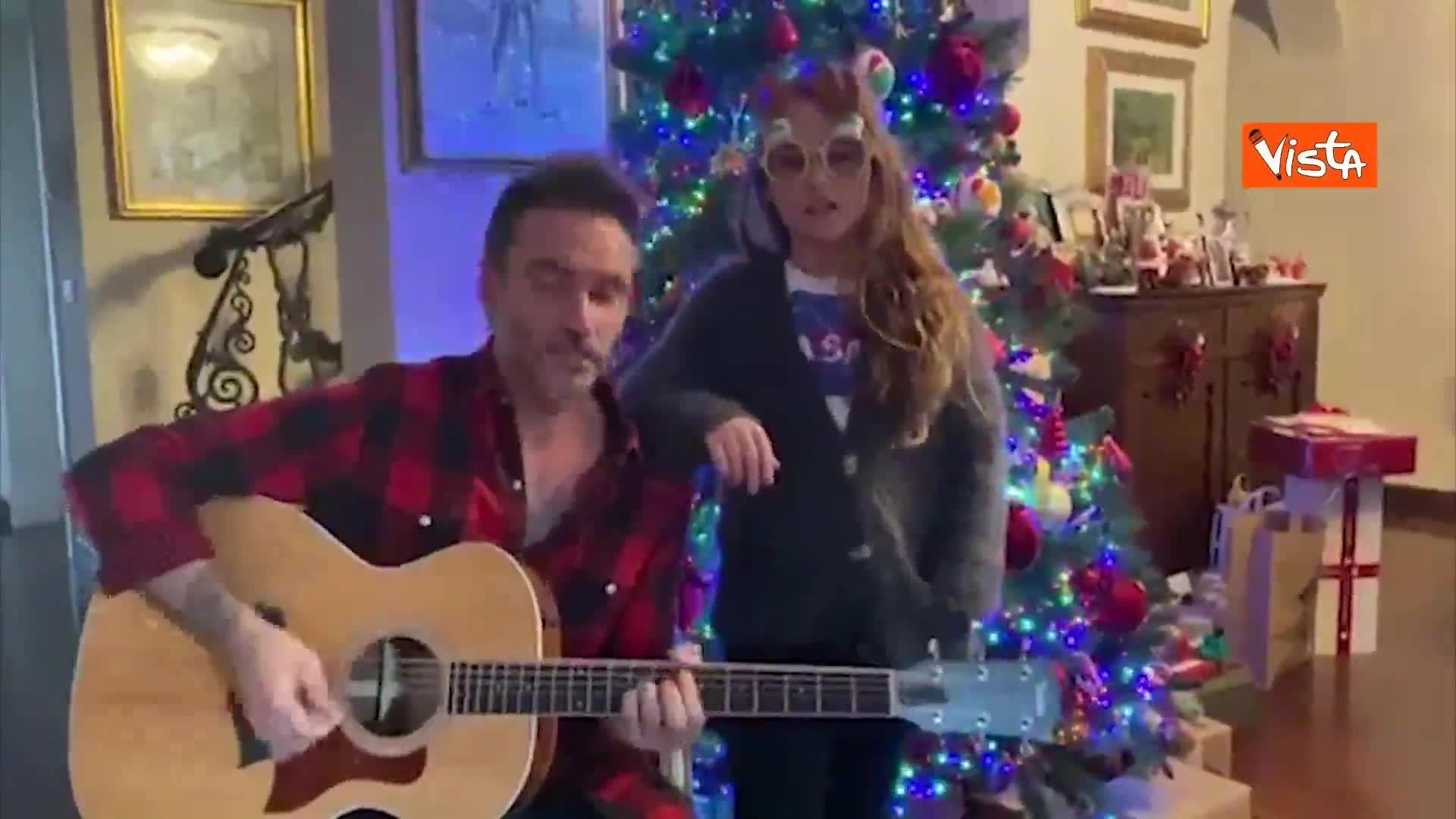"""Il duetto di Nek con la figlia, insieme cantano """"Jingle Bells Rock"""""""