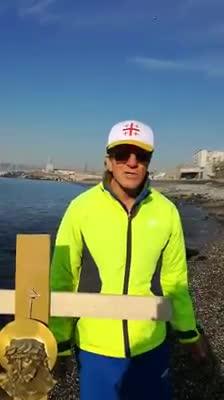 Napoli, il crocifisso dei comitati contro l'inquinamento del litorale